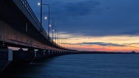 Coucher du soleil au pont d'Oland, Suède Photographie stock