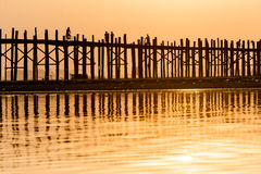 Coucher du soleil au pont d'U Bein, Myanmar Photographie stock libre de droits