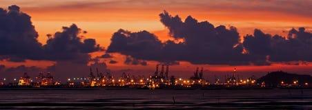 Coucher du soleil au port de conteneur photographie stock libre de droits