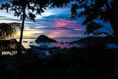 Coucher du soleil au port de Labuan Bajo, Flores, Inonesia Photographie stock