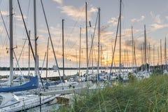 Coucher du soleil au port de Niendorf dans le luebeck Photographie stock libre de droits