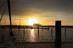 Coucher du soleil au port de Warnemuende Photographie stock