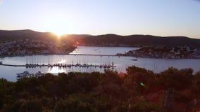 Coucher du soleil au port pour des yachts Croatie banque de vidéos