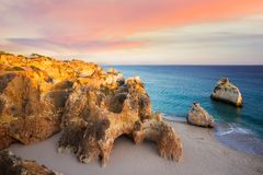 Coucher du soleil au Praia Dos Tres Irmaos, Algarve, Portugal Images libres de droits