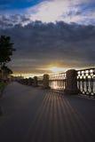 Coucher du soleil au remblai photographie stock libre de droits