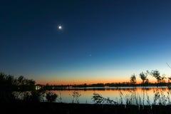 Coucher du soleil au secteur de lac Reeuwijk, Hollande Image stock