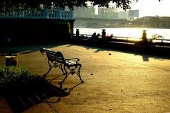 Coucher du soleil au stationnement de fleuve Photo stock