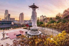 Coucher du soleil au temple de Bongeunsa de l'horizon du centre dans la ville de Séoul, ainsi photos stock