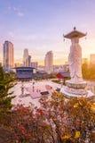 Coucher du soleil au temple de Bongeunsa de l'horizon du centre dans la ville de Séoul, Corée du Sud photographie stock libre de droits