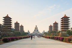 Coucher du soleil au temple de buddist des FO Guang Shan de Kaohsiung, Taïwan avec beaucoup de touristes marchant par Photos stock