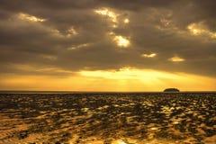 Coucher du soleil au Tg. Plage d'Aru Photo libre de droits