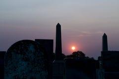 Coucher du soleil au vieux cimetière avec des pierres tombales photographie stock libre de droits