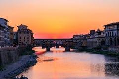 Coucher du soleil au vieux pont de Ponte Vecchio au-dessus du fleuve Arno en Flor photos libres de droits