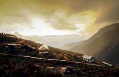 Coucher du soleil au village de Dzuluk, avec les nuages jaunes, Dzuluk, Sikkim Images stock