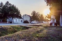 Coucher du soleil au village en Europe images stock