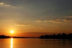 Coucher du soleil au Zimbabwe au-dessus du fleuve de Zambezi Photographie stock libre de droits