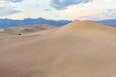 Coucher du soleil aux dunes de sable plates de mesquite en parc national de Death Valley, la Californie, Etats-Unis Photos libres de droits