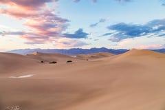 Coucher du soleil aux dunes de sable plates de mesquite en parc national de Death Valley, la Californie, Etats-Unis Photographie stock libre de droits