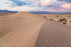 Coucher du soleil aux dunes de sable plates de mesquite en parc national de Death Valley, la Californie, Etats-Unis Photographie stock