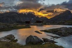 Coucher du soleil aux montagnes Photos libres de droits