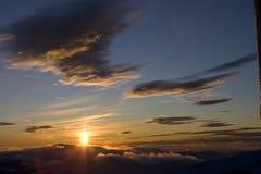 Coucher du soleil aux montagnes Photographie stock