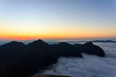 Coucher du soleil aux montagnes photos stock