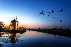 Coucher du soleil aux moulins à vent de patrimoine mondial de l'UNESCO Photos libres de droits