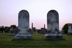 Coucher du soleil aux paires de cimetière de pierres tombales image stock