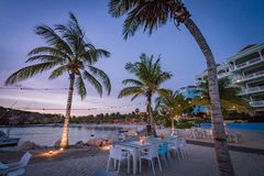 Coucher du soleil aux vues bleues du Curaçao de plage de baie photos libres de droits