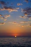 Coucher du soleil avec de beaux nuages photographie stock libre de droits