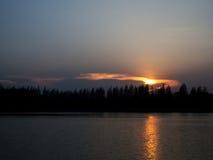 Coucher du soleil avec de l'eau se reflétant léger d'or Images libres de droits