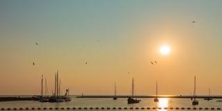 Coucher du soleil avec des bateaux à voile en Frise Photographie stock libre de droits
