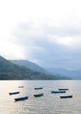 Coucher du soleil avec des bateaux au lac Fewa Photos libres de droits