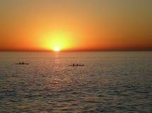 Coucher du soleil avec des canoës photo stock