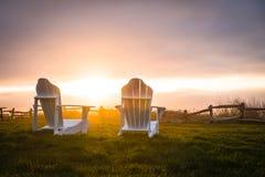 Coucher du soleil avec des chaises Photographie stock