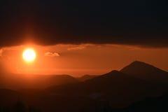 Coucher du soleil avec des collines Photos libres de droits