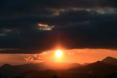 Coucher du soleil avec des collines Photo libre de droits