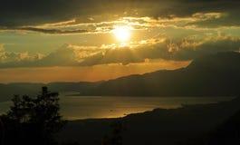 Coucher du soleil avec des nuages à la baie de Kotor Photographie stock libre de droits