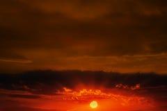 Coucher du soleil avec des nuages Image libre de droits