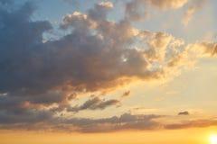 Coucher du soleil avec des nuages dans le ciel Images libres de droits