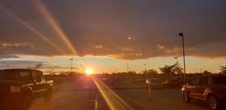Coucher du soleil avec des nuages de temp?te photos libres de droits