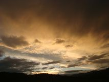 Coucher du soleil avec des nuages, lumière des rayons Photo stock