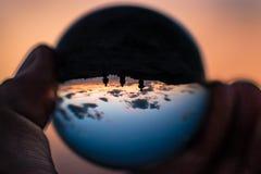 Coucher du soleil avec des personnes de la différence trois en globe photos stock