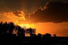 Coucher du soleil avec des rayons du soleil Photo libre de droits