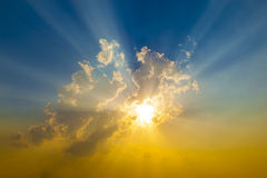 Coucher du soleil avec des rayons du soleil Photographie stock libre de droits