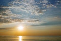 Coucher du soleil avec des rayons et des nuages du soleil Image libre de droits