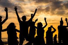 Coucher du soleil avec des silhouettes image libre de droits