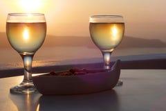Coucher du soleil avec du vin et des arachides Images stock