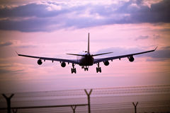 Coucher du soleil avec l'avion d'atterrissage Photo stock