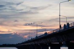 Coucher du soleil avec la longue vue de paysage de pont Image libre de droits